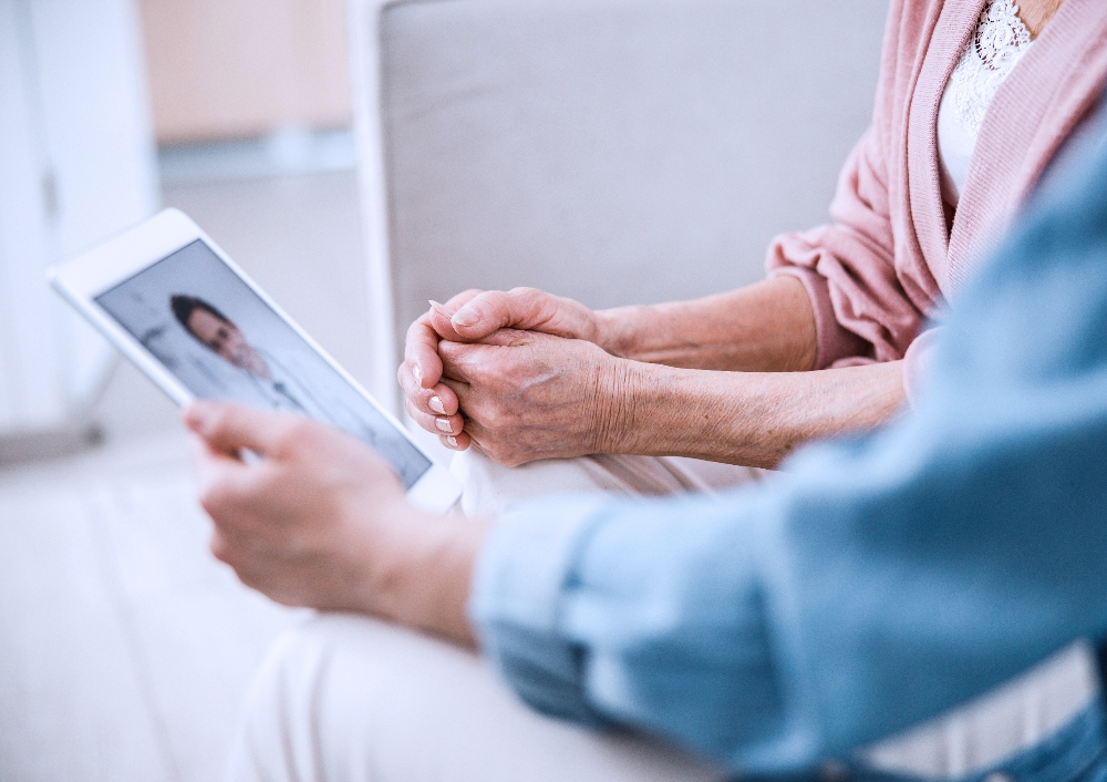 Healthcare_patient-and-doctor-with-device