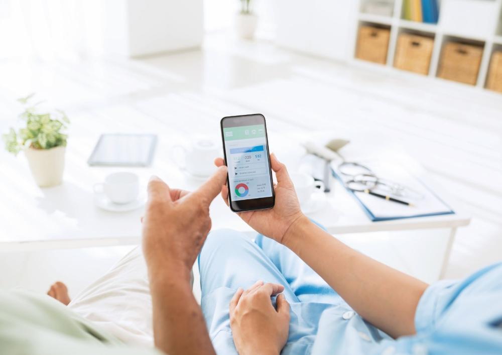 Healthcare_people-watching-health-app